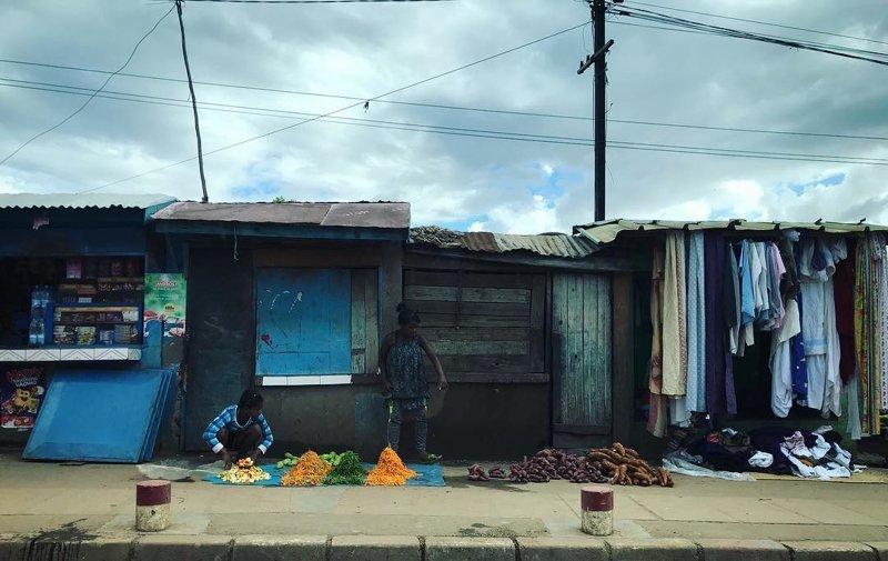 В городе полно самых разных лавочек, хотя некоторые не заморачиваются — раскладывают товар прямо на тротуаре Антананариву, африка, беднейшие страны, города Мадагаскара, мадагаскар, путешествие, столица Мадагаскара, столицы