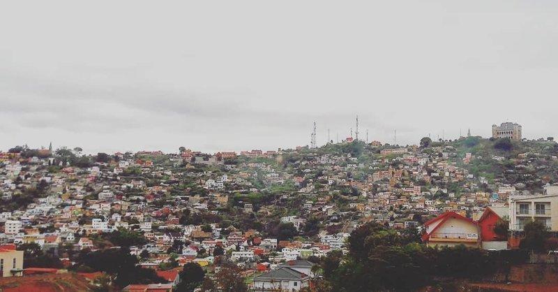 Сейчас в городе большинство зданий сложено из кирпича. Хотя по большей части Антананариву состоит из малоэтажных строений Антананариву, африка, беднейшие страны, города Мадагаскара, мадагаскар, путешествие, столица Мадагаскара, столицы