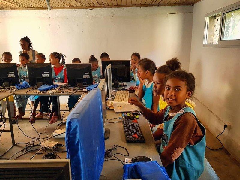 Значительная часть компьютерной техники поставляется от благотворительных организаций Антананариву, африка, беднейшие страны, города Мадагаскара, мадагаскар, путешествие, столица Мадагаскара, столицы
