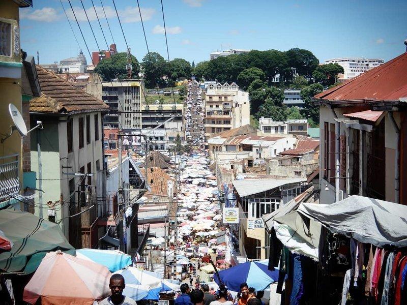 Некоторые улочки превратились в стихийные рынки Антананариву, африка, беднейшие страны, города Мадагаскара, мадагаскар, путешествие, столица Мадагаскара, столицы