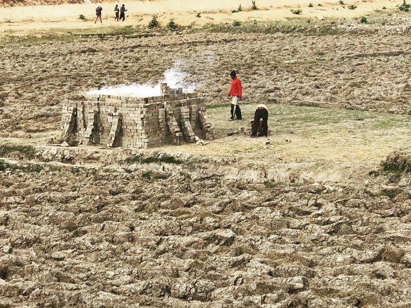 Большинство кирпичей изготавливают на вот таких стихийных кирпичных заводиках Антананариву, африка, беднейшие страны, города Мадагаскара, мадагаскар, путешествие, столица Мадагаскара, столицы