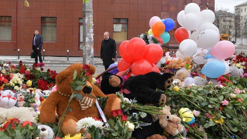 11. Сегодня президент прилетел в Кемерово и возложил цветы у стихийного мемориала возле ТЦ ynews, зимняя вишня, кемерово, новости, последствия, россия, траур