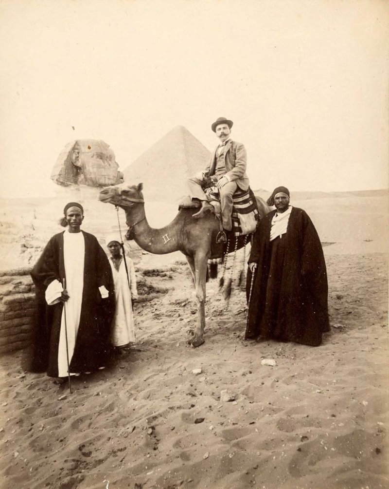 6. Туристы обследуют достопримечательности  братья Зангаки, египет, интересно, история, фото