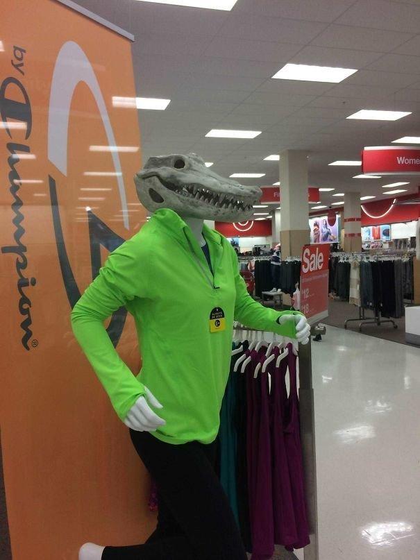 33. Крокодилы тоже нуждаются в одежде жизнь, люди, магазин, манекен, сценка, фото, юмор
