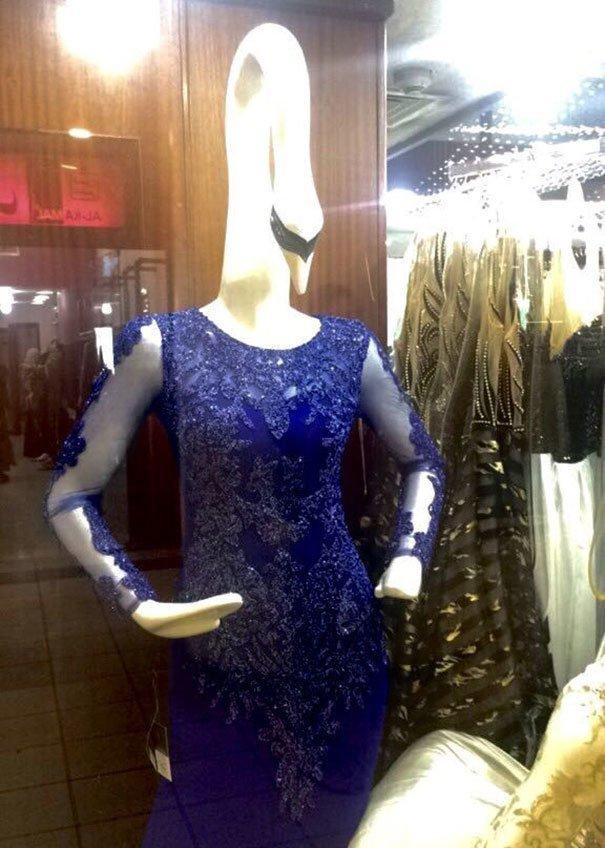 31. Женщина-лебедь жизнь, люди, магазин, манекен, сценка, фото, юмор