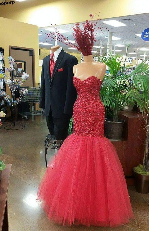 10. От такого платья даже голова взорвалась жизнь, люди, магазин, манекен, сценка, фото, юмор