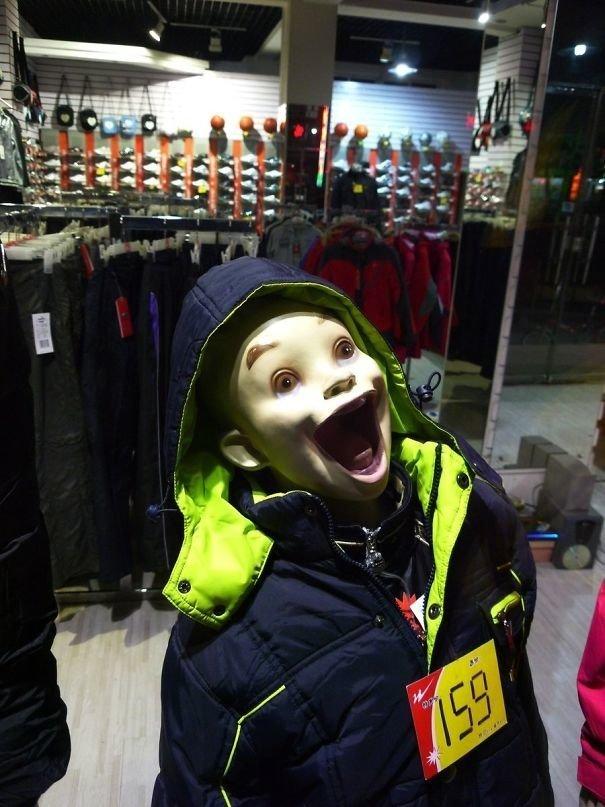 11. Радостный ребенок жизнь, люди, магазин, манекен, сценка, фото, юмор
