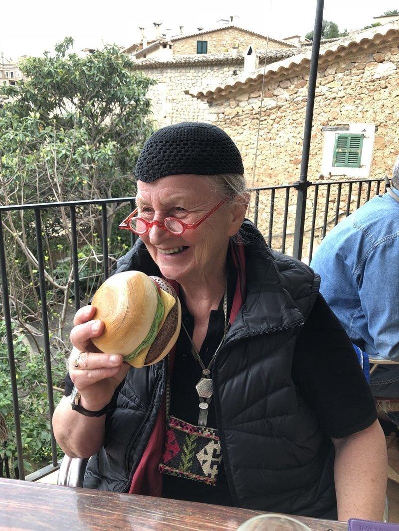 А вот бабуля хочет съесть этот аппетитный гамбургер Скульптуры, забавно, искусство, люди, прикол, художник