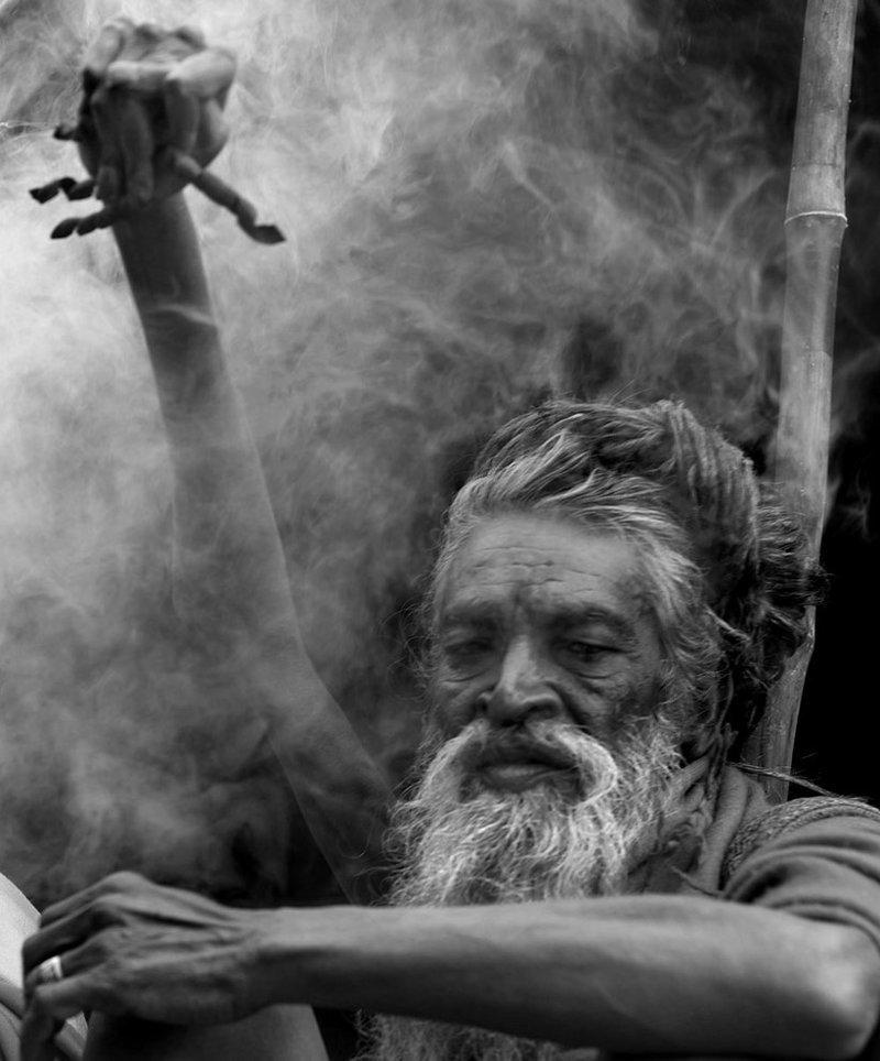 Во имя мира на Земле и бога: индус держит поднятую руку 45 лет Амар Бхарати, в мире, земля, индийский садху, история, люди, рука