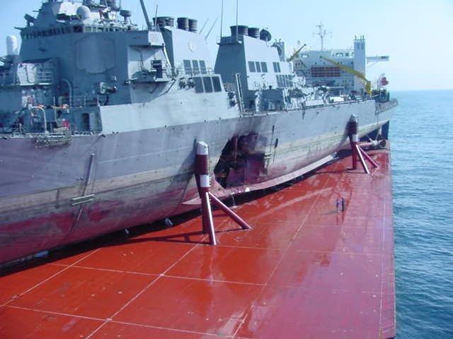 Погрузка эсминца «USS Cole» после получения пробоины на ближнем востоке. море, морское судно, судно