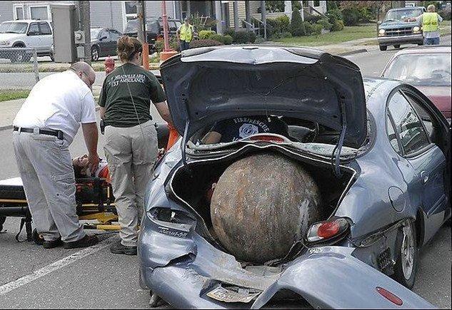 Если вдруг с неба падает железный шар, то кто виноват? авто, автомобилисты, морю, нелепые фото, прикол, случаи, фото