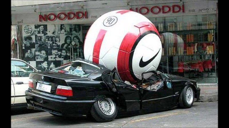 Или огромный футбольный мяч авто, автомобилисты, морю, нелепые фото, прикол, случаи, фото