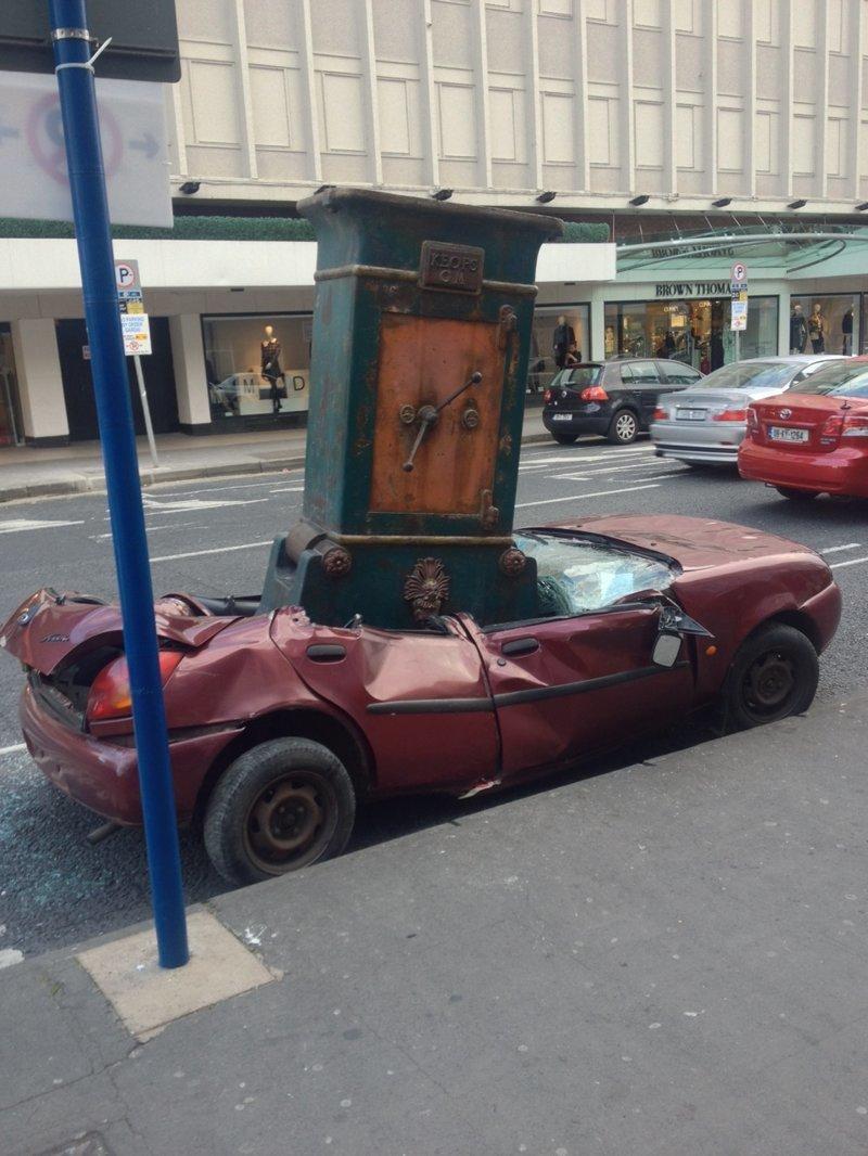 Но если на ваш автомобиль упадёт винтажный сейф авто, автомобилисты, морю, нелепые фото, прикол, случаи, фото
