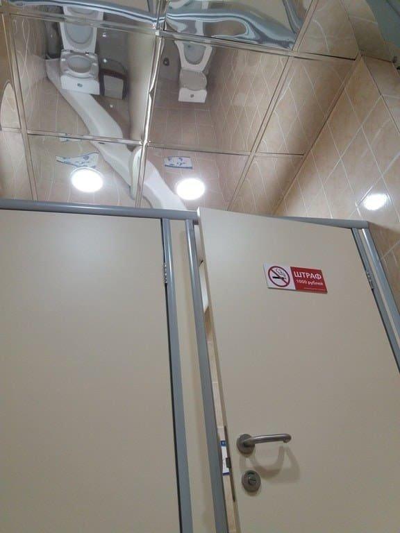 5. Общественный туалет с зеркальным потолком. Прекрасное решение! вот это да!, зрелище, мерзкое, не для слабаков, не для слабонервных, туалет, ужасы нашего городка, унитаз