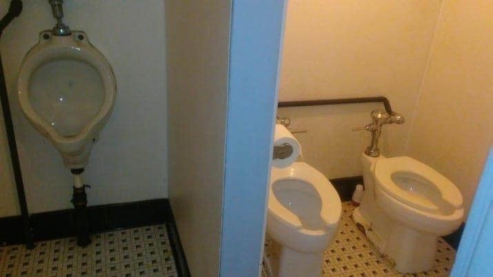 9. Несколько странное расположение туалетных аксессуаров вот это да!, зрелище, мерзкое, не для слабаков, не для слабонервных, туалет, ужасы нашего городка, унитаз