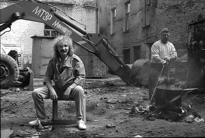 Игорь Николаев во дворе студии, 1987 год звезды, знаменитости, люди, музыканты, певцы, фотограф