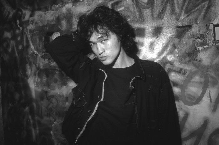 Виктор Цой в мастерской Борисова, 1986 год звезды, знаменитости, люди, музыканты, певцы, фотограф