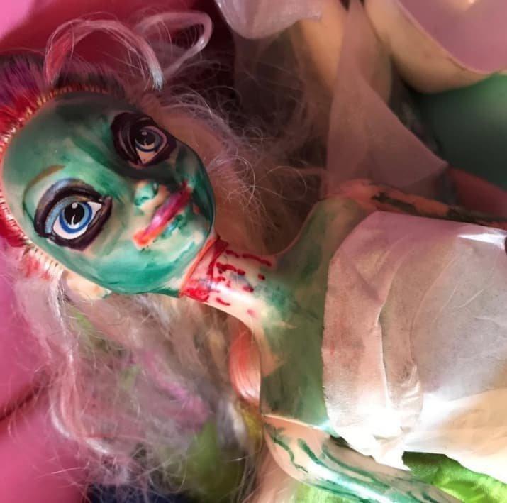 Оригинальный макияж Барби должен впечатлить детского психолога дети, детские игры, забавно, играли в гестапо, маленькие детки, малыши со странностями, смешно и страшно, страшная сказка
