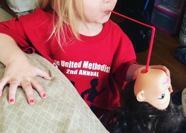 Страшно подумать, что за бармен-садист получится из этой девочки - специалиста по оригинальным бокалам! дети, детские игры, забавно, играли в гестапо, маленькие детки, малыши со странностями, смешно и страшно, страшная сказка