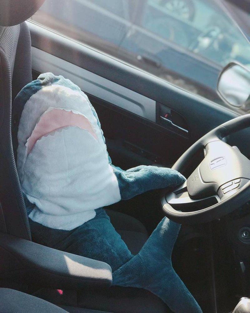 11. Акулы ездят на работу смиренно, но с хорошим настроением акула, животные, игрушка, икея, прикол, юмор