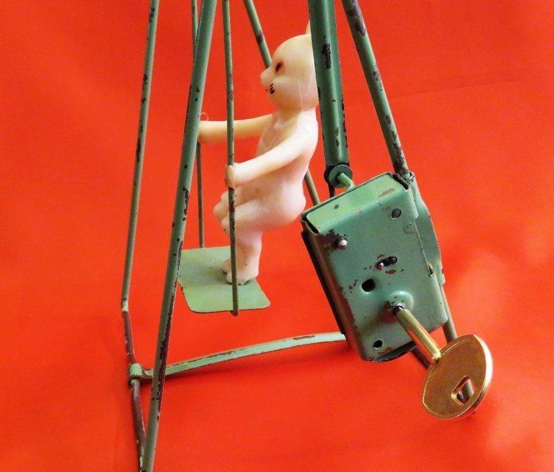 """17. В СССР было немало заводных игрушек. Например, заяц на качелях от """"Московского завода механической заводной игрушки"""", конец 1950-х СССР, детские игрушки, игрушки, интересно, раритет, фото"""
