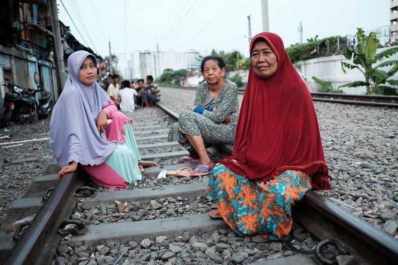21. Женщины с удобством расположились на железнодорожных рельсах бедность, джакарта, железная дорога, индонезия, нищета, репортаж, трущобы