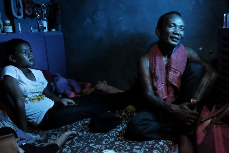 15. Арис и его 13-летняя дочь у них дома бедность, джакарта, железная дорога, индонезия, нищета, репортаж, трущобы