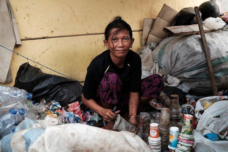 1. Эта женщина зарабатывает на жизнь, собирая мусор из пластика, сортируя его и отдавая на переработку бедность, джакарта, железная дорога, индонезия, нищета, репортаж, трущобы