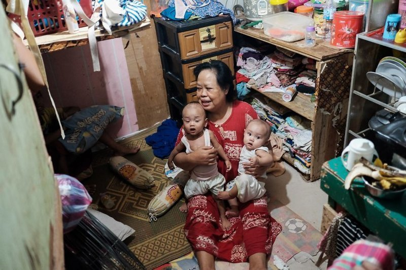 8. Женщина с внуками в комнатушке, где живет 5 человек бедность, джакарта, железная дорога, индонезия, нищета, репортаж, трущобы