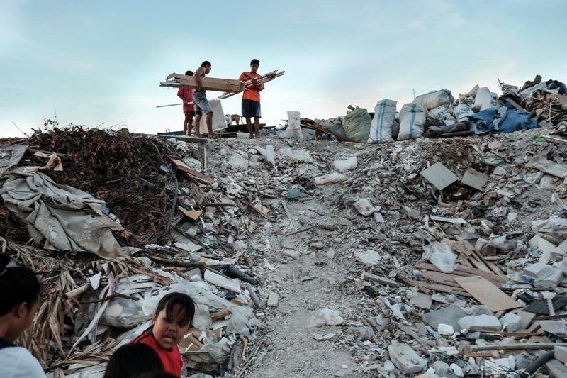 9. Люди ходят по свалке, расположенной неподалеку от трущоб, и собирают там все, что может хоть как-то пригодиться для жизни бедность, джакарта, железная дорога, индонезия, нищета, репортаж, трущобы