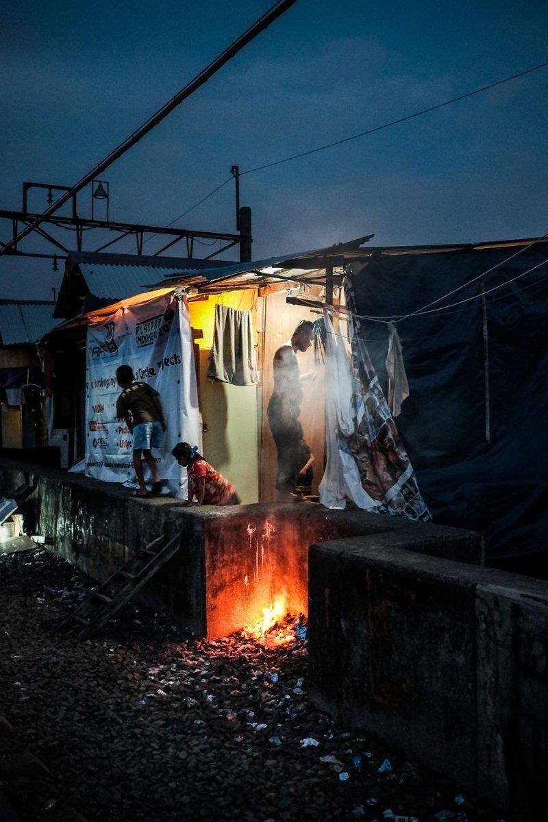 17. Вечер в трущобах бедность, джакарта, железная дорога, индонезия, нищета, репортаж, трущобы