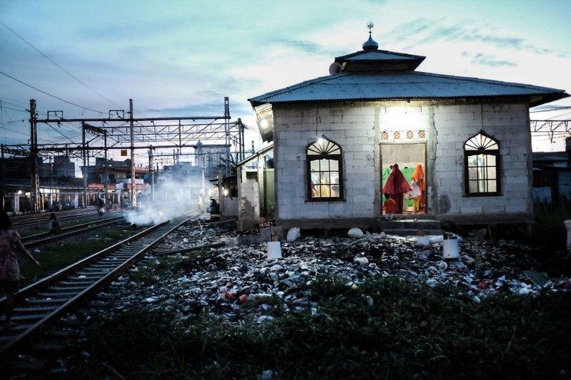 11. Мусульмане молятся в мечети в одной из трущоб Джакарты бедность, джакарта, железная дорога, индонезия, нищета, репортаж, трущобы