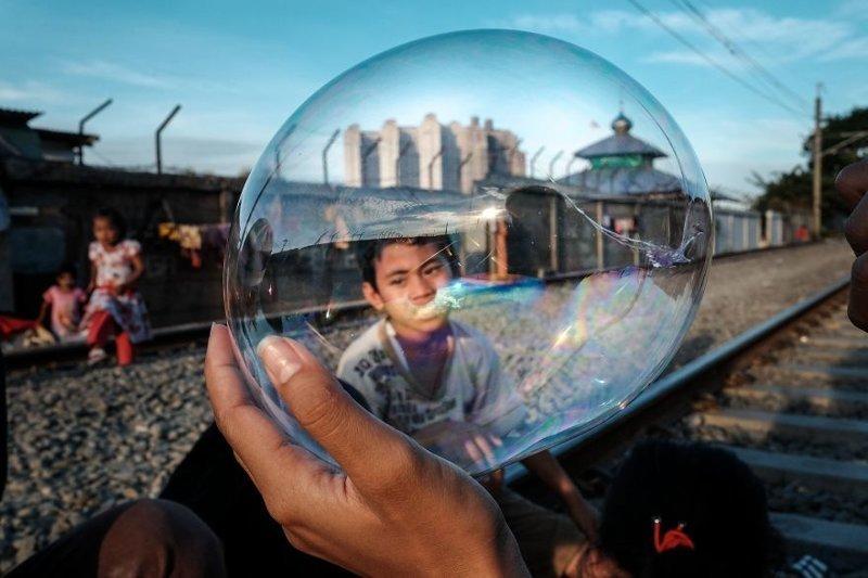 7. Дети играют на путях недалеко от станции Jakarta Kota бедность, джакарта, железная дорога, индонезия, нищета, репортаж, трущобы