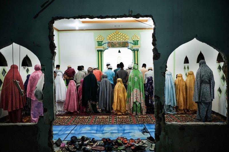19. Молитва в мечети у железной дороги бедность, джакарта, железная дорога, индонезия, нищета, репортаж, трущобы