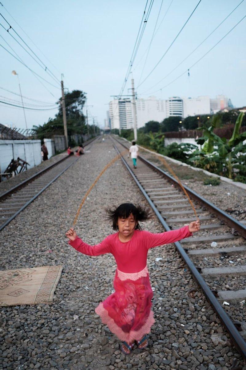 24. Девочка прыгает через скакалку между путями. Вышла во двор погулять... бедность, джакарта, железная дорога, индонезия, нищета, репортаж, трущобы