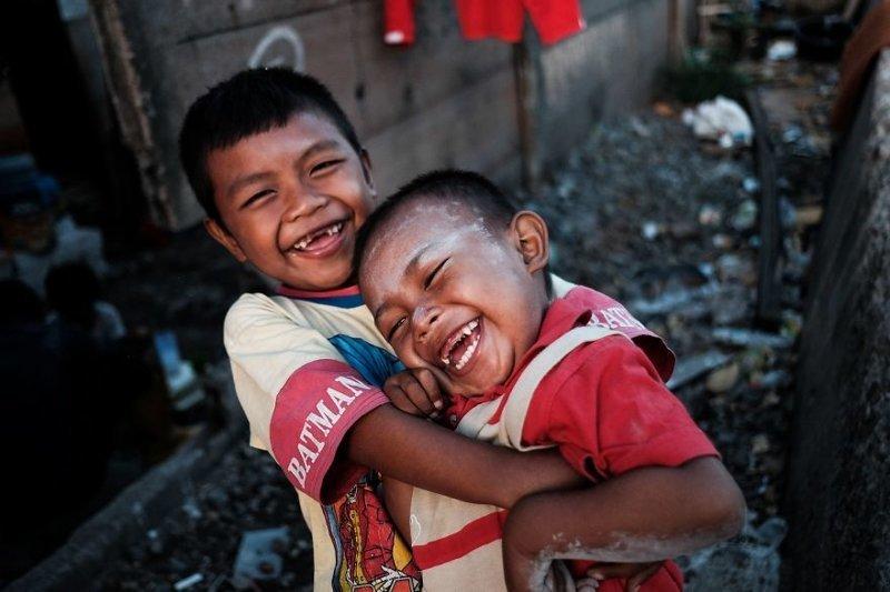 12. Дети веселятся рядом со своим домом, который стоит прямо у железной дороги бедность, джакарта, железная дорога, индонезия, нищета, репортаж, трущобы