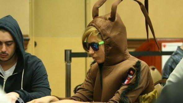 10. Ванесса Руссо в костюме таракана в Хэллоуинскую пору  азартные игры, девушки, интересно, покер, покерный стол, фото, юмор