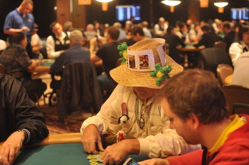 13.  азартные игры, девушки, интересно, покер, покерный стол, фото, юмор