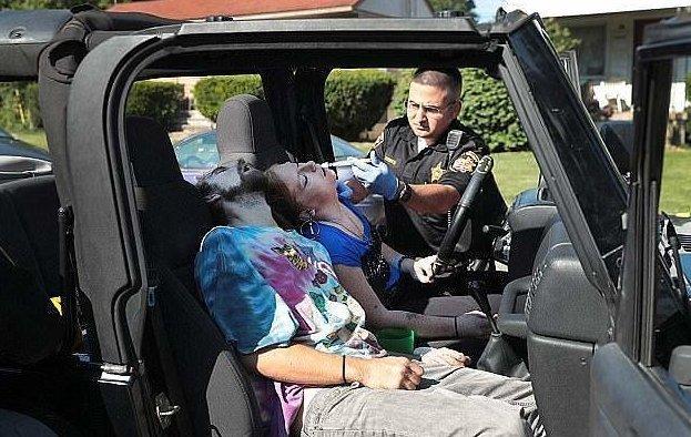 """Шокирующее видео: мать """"под кайфом"""" пытается довезти дочек до дома дети в опасности, за рулем под кайфом, наркоманы, наркотики, наркотики это смерть, опасность, плохая мать, происшествие"""