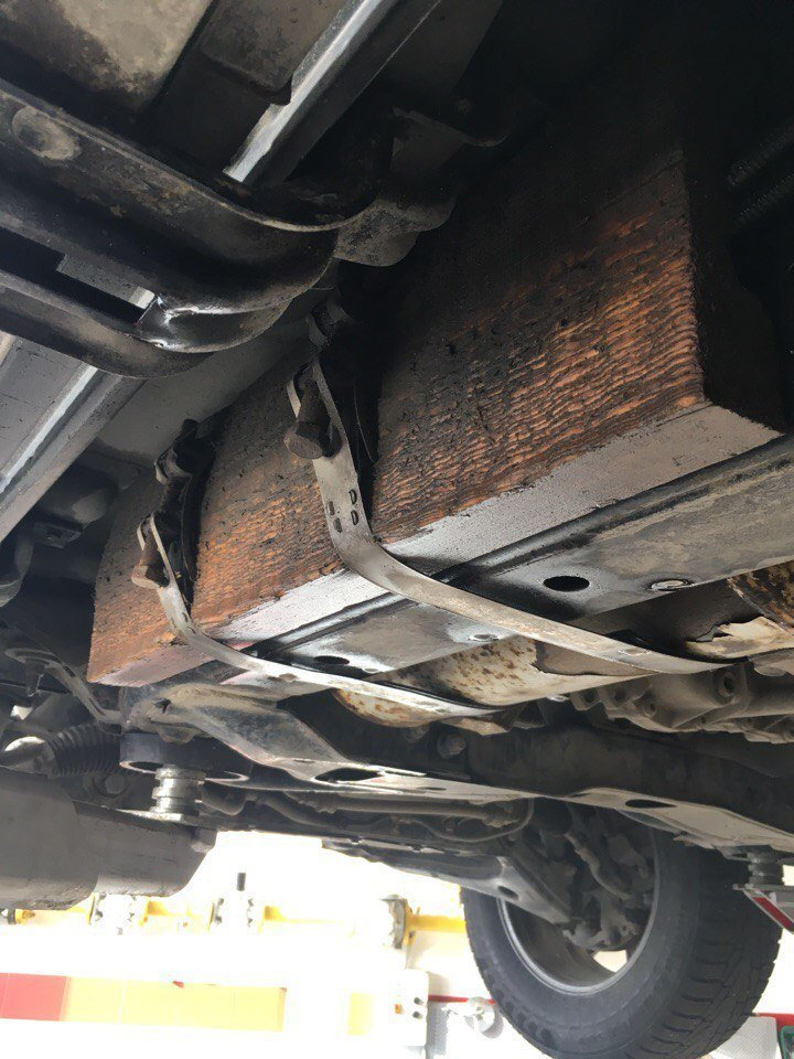Когда металл и скотч уже бессильны, в ход идет дерево автосервис, машина, подвеска, поломка, прикол, ремонт, ходовая, юмор