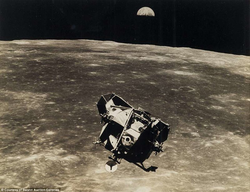 Лунный модуль на орбите вокруг Луны на фоне восхода Земли Apollo, gemini, nasa, Программа Меркурий, космические запуски, космические миссии, космос, фотоархив
