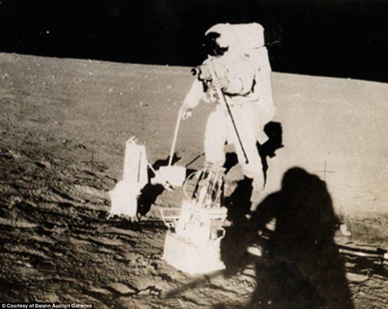 """На снимке - один из астронавтов """"Аполлон-12"""", размещающий оборудование для лунного научного эксперимента Apollo на поверхности Луны во время первой из двух поездок из лунного модуля Apollo, gemini, nasa, Программа Меркурий, космические запуски, космические миссии, космос, фотоархив"""