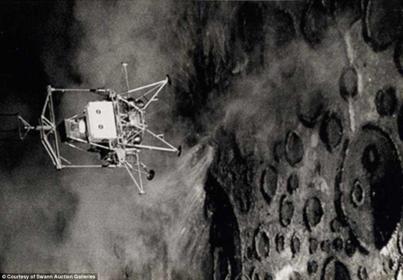"""На фото изображен пилот Пит Конрад, отрабатывающий прилунение на искусственно смоделированную """"лунную"""" поверхность в тренировочном космическом центре перед миссией """"Аполлон-12"""" Apollo, gemini, nasa, Программа Меркурий, космические запуски, космические миссии, космос, фотоархив"""