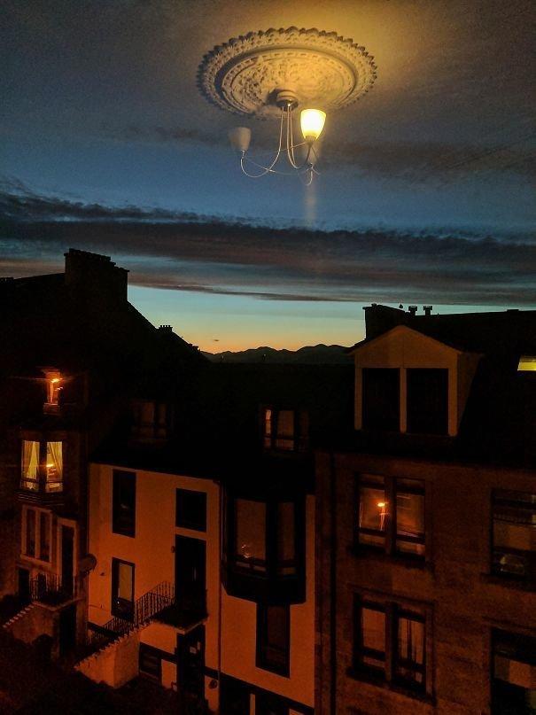 4. Люстра освещает небо иллюзия, люди, мир, обман, показалось, природа, фотография