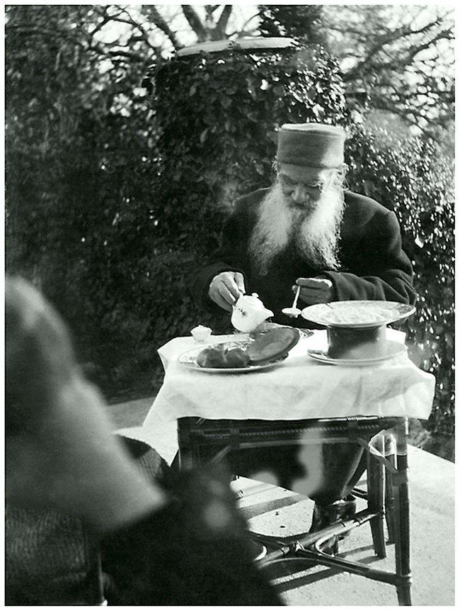 Лев Толстой завтракает на террасе дома в Гаспре. Дата съемки: декабрь 190 1. Фотограф - Александра Толстая ретро, россия, черно-белая фотография