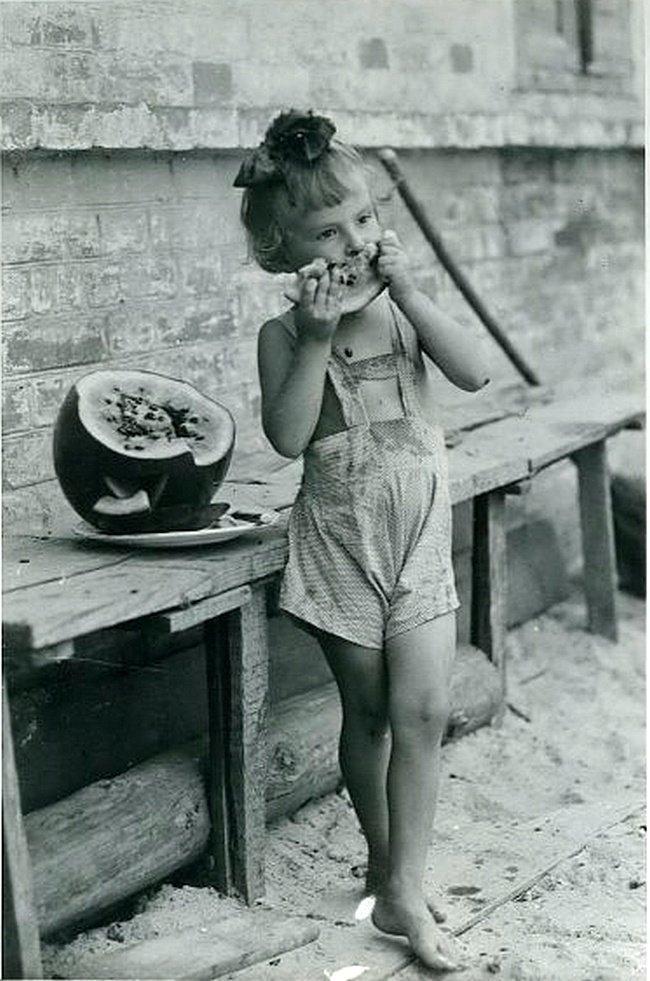 Девочка с арбузом Дата съемки: 1950-е. Автор: Георгий Сошальский ретро, россия, черно-белая фотография