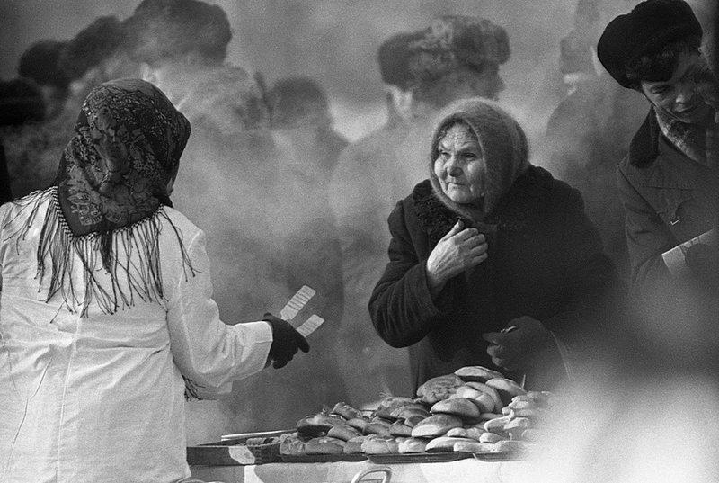 Пироги на Масленицу Дата съемки: 1976 год. Автор: Владимир Соколаев ретро, россия, черно-белая фотография