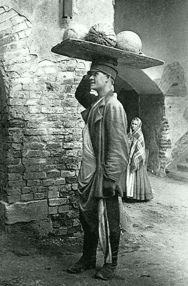 Сухаревский рынок. Продавец арбузов. Дата съемки: 1909. Неизвестный автор. ретро, россия, черно-белая фотография