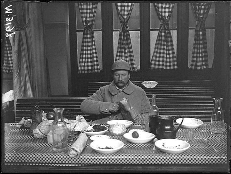 Уволенный в отпуск военнослужащий обедает в военной столовой Восточного вокзала. Париж, январь 1917. Автор: Жак Моро. ретро, россия, черно-белая фотография