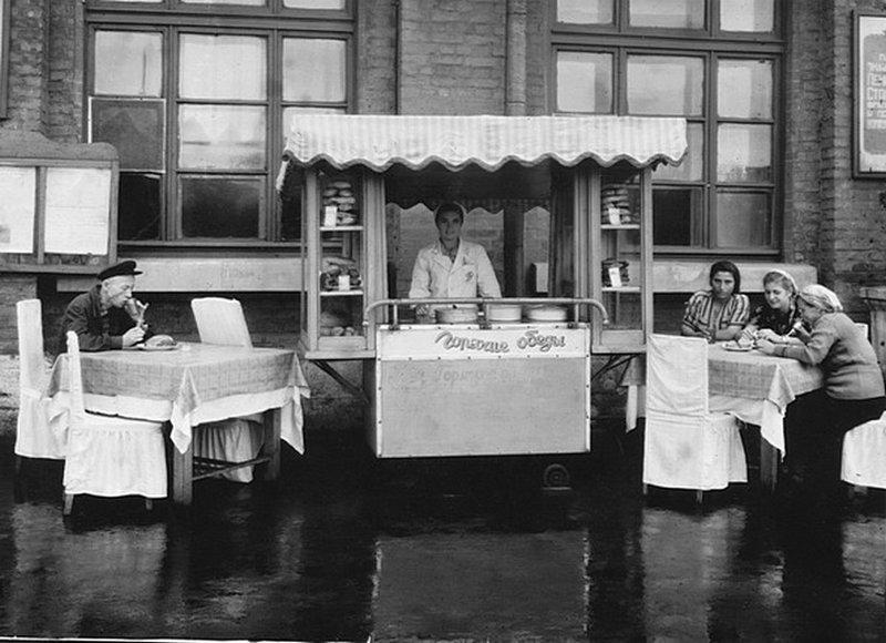 Дорожный ресторан на перроне станции «Кавказская-I». 1954. Неизвестный автор. ретро, россия, черно-белая фотография